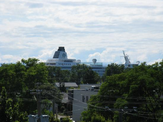 ‪‪WorldMark Victoria‬: One of the HUGE cruiseships that came & went‬