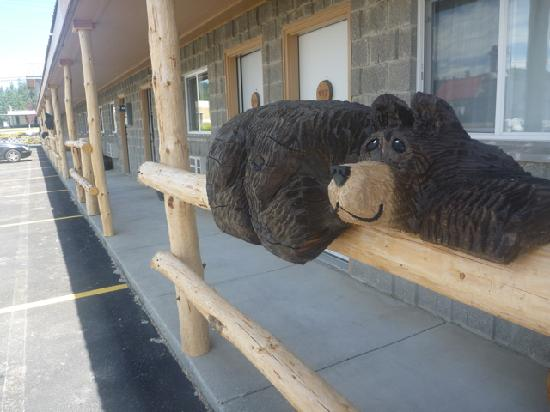 Eagle's Nest Motel: They added these charming bears while we were there.