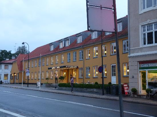 Gentofte Hotel: Evening view of hotel from street