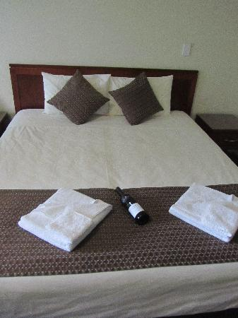 Strath Motel: bed
