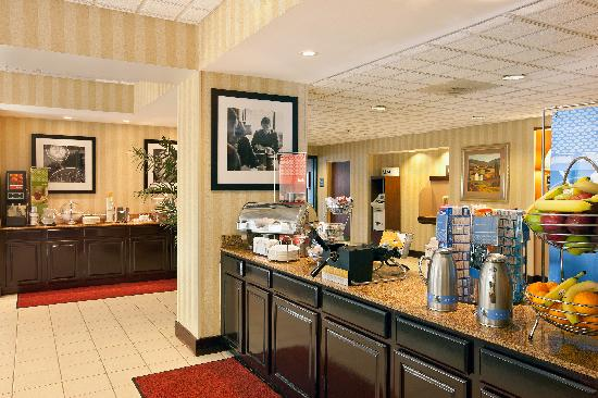 Hampton Inn Metairie : Complimentary Hot Breakfast Buffet Served Daily