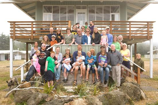 Copalis Beach, WA: The ass't mgr took our '11 photo so we could all be in it.  The new mgmt could not be more accom