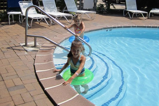 Snug Harbor Marina & Motel : My girls using the pool.