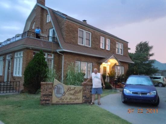 Boot Hill Bed & Breakfast: Front of B&B.  Enid is on the balcony