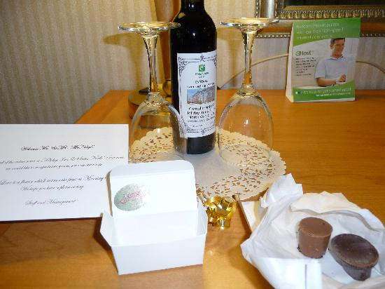 ‪‪Holiday Inn Hotel & Suites North Vancouver‬: Anniversary wine and chocolates on arrival‬