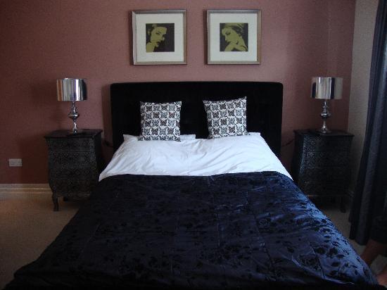 إنوسينس رومز إيست: lovely comfortable bed (made by myself the morning after!!)