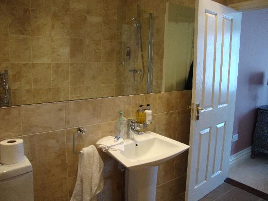 إنوسينس رومز إيست: stylish bathroom, lovely and clean!