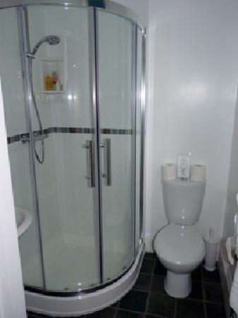 Rosalie Guest House: Shower room