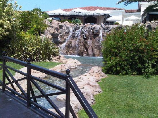 Cascade d 39 eau menant la piscine ext rieure picture of hyatt regency thessaloniki thermi - Cascade d eau piscine ...