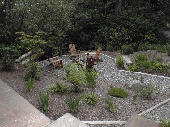 Harvey House B&B: Sitting area in front yard