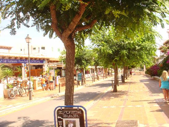 Inturotel Cala Azul Park: Cala dor - lovely and clean streets with lovely shopping area