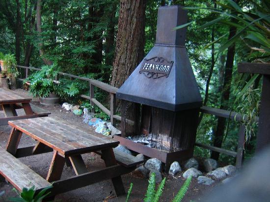 Fernwood Resort: Bar patio