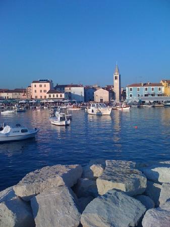 Marina Hotel: Blick auf Dorf (Hotel rosa Haus)