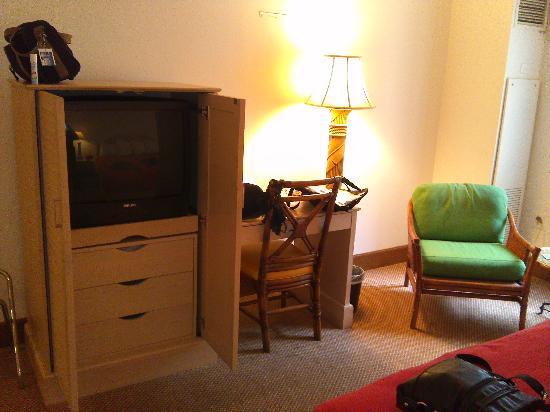 Isle Casino Hotel Black Hawk: TV and desk