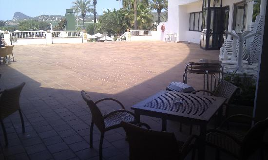 Marvell Club Hotel & Apartaments: Area before the pool (entertainment area at night)