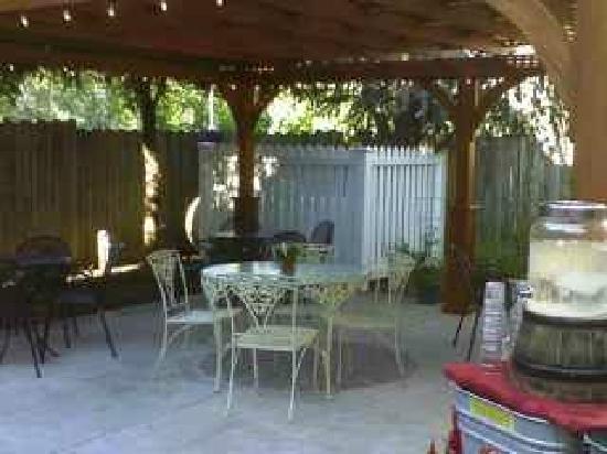 Tomato Pie Cafe: Large back patio