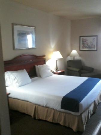Holiday Inn Express Owasso: Perfectly made bed with fresh linens