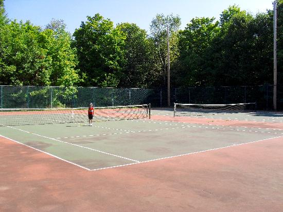 Sunny Point Resort, Cottages & Inn: Tennis Courts