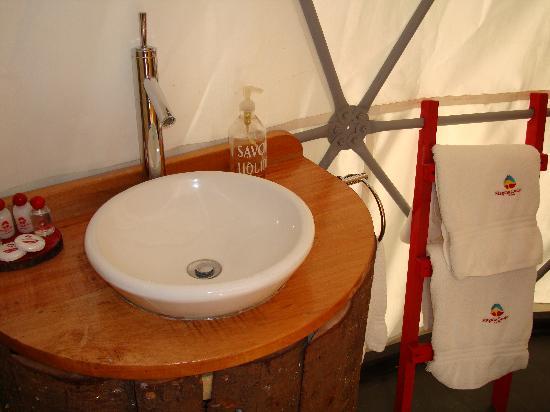 Magma Lodge: El baño tiene lo justo y necesario