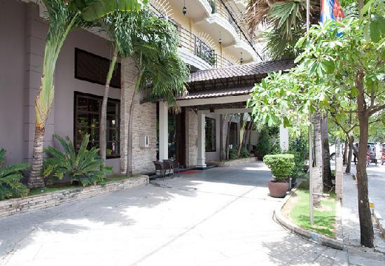 Hotel Cara: Exterior Entrance