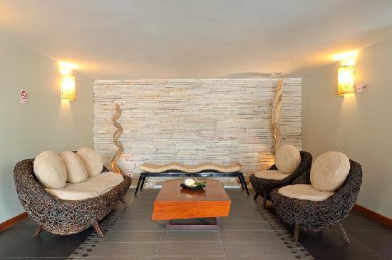 Hotel Cara: Lobby Ratan Sofa
