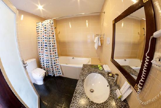 Hotel Cara: Luxury Room -Bathroom with tub