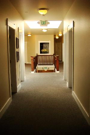 Port Angeles Downtown Hotel: Light and bright hallway