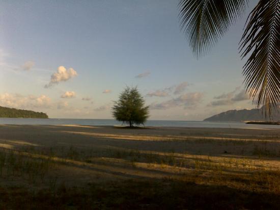 เมอริทัส เปอลังงี บีช รีสอร์ท แอนด์ สปา ลังกาวี: A view fom the seafront at daybreak.