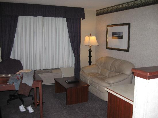Phoenix Inn Suites Albany: Desk and sitting area