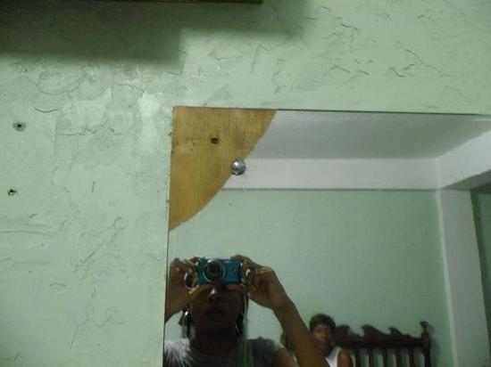 Cariblue Hotel and Scuba Resort: broken mirror in room