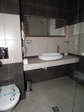 City Art Hotel: Bathroom