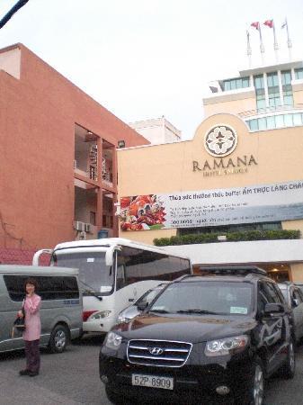 Ramana Hotel Saigon: 入り口 ドアマンがタクシ運転者に行き先を言ってくれる