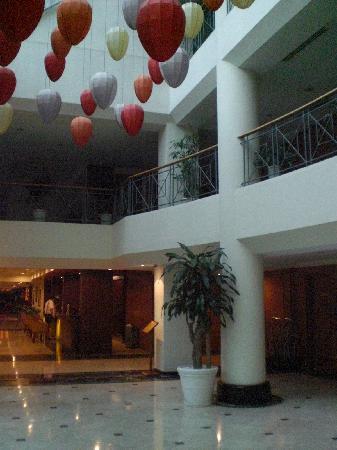 Ramana Hotel Saigon: フロントとエレベータホール 無料で使えるパソコンもホール内にある