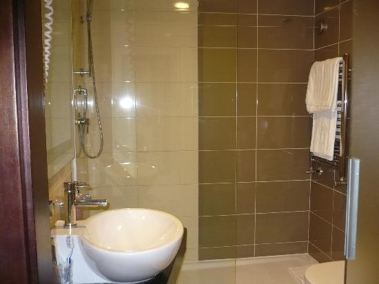 Grillo Hotel: il bagno, ampio e modernissimo