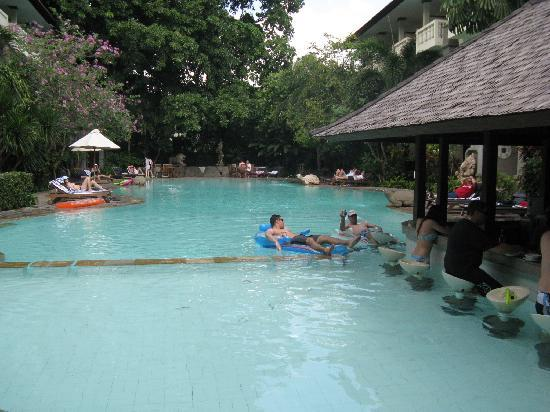 Hotel Kumala Pantai: Relaxing at S block Pool & Bar