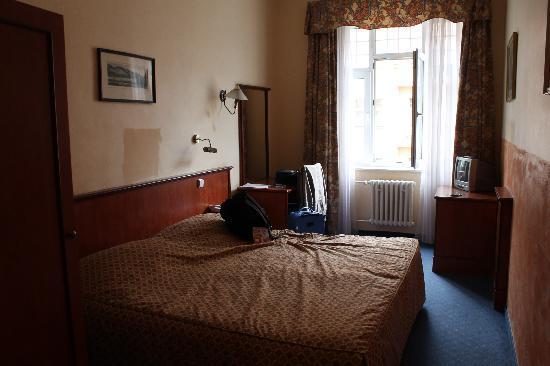 Hotel Union Prague: Notre chambre (205) coté rue. - spacieuse et propre