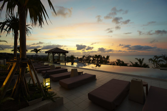 Kafuu Resort Fuchaku Condo Hotel: night after night you will be amazed at the intensity of Kafuu's sunsets.