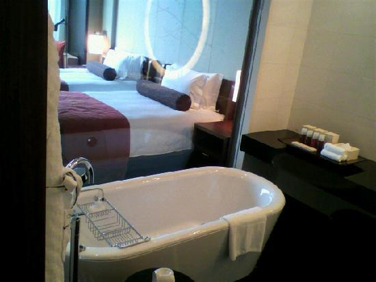 Conrad Tokyo: バスルームからの寝室