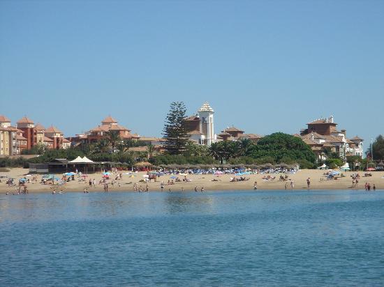 Isla Canela, Espanha: Desde la playa cuando la marea está baja... al fondo el Hotel