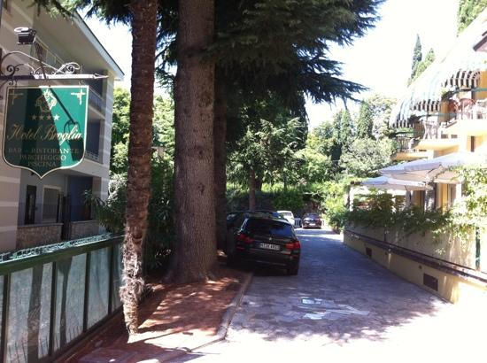 Hotel Broglia: parking
