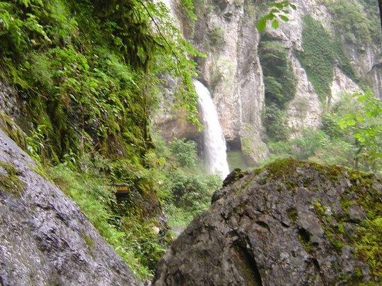 Sainte-Engrace, Francja: la cascade on peut monter sous la cascade