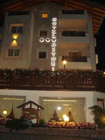 Astoria Comfort Hotel: albergo di sera