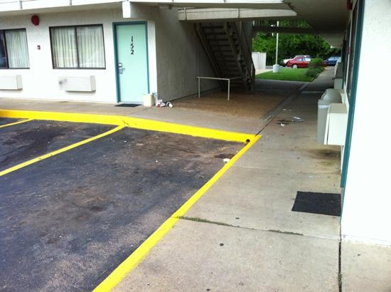 Motel 6 Tuscaloosa: filthy and trash everywhere you look!
