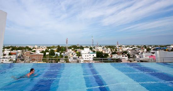 Foto de hotel atithi pondicherry swimming in the rooftop pool with a view of the sea for Hotels with swimming pool in pondicherry
