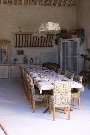 Entraigues-sur-la-Sorgue, France: Table d'hôtes dressée dans la grange