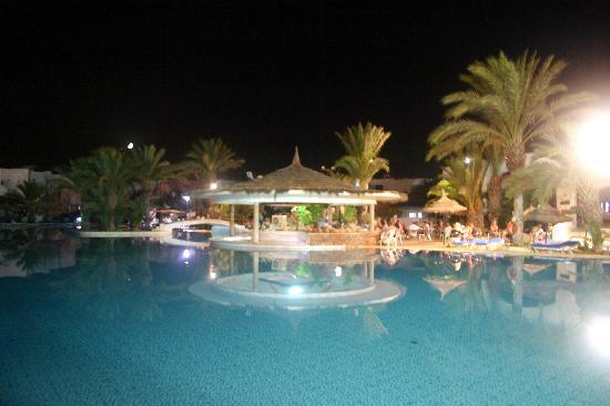 Fiesta Beach Club Djerba : Piscine de nuit