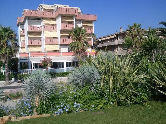 Hotel Girasole: Il meraviglioso giardino di fronte all'albergo