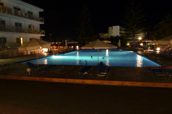 Marilena Hotel: The pool at night