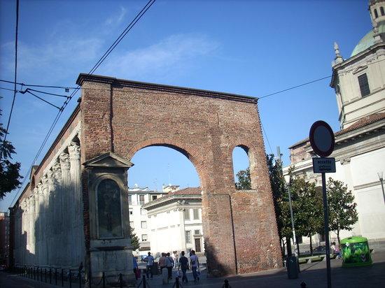 Latin Quarter- Complesso Ticinese/Navigli: uno scorcio delle colonne