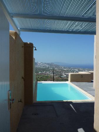 Voreina Gallery Suites: la piscine et la douche exterieure